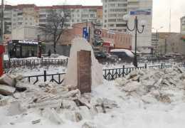 «Сойдет и так!» Мемориал «Аллея журналистов» в Перми завалили глыбами грязного спрессованного снега