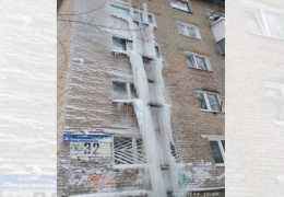 Фотофакт: в Перми часть жилого дома превратилась в лед