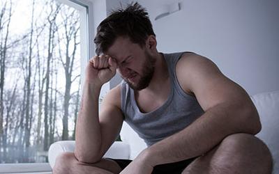 Почему опухло правое яичко и болит?